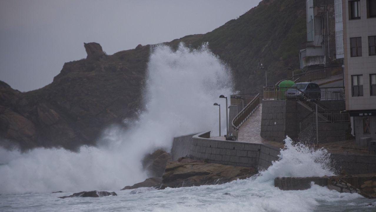 Las olas batiendo con fuerza en el paseo marítimo de Malpica
