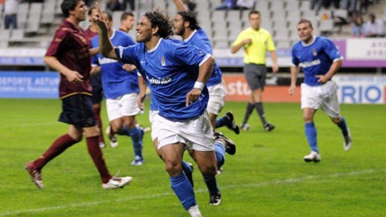 Curro Real Oviedo Carlos Tartiere Horizontal.Curro celebra un gol en el Carlos Tartiere