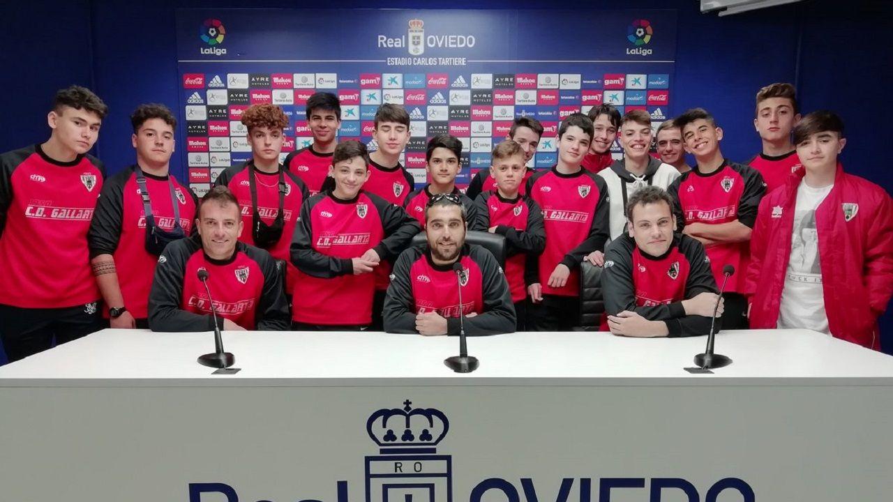 El equipo cadete del CD Gallarta en la sala de prensa del Carlos Tartiere