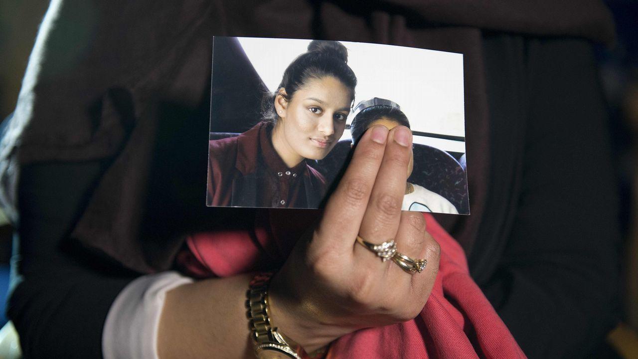 Renu Begum, hermana de Shamima, muestra una foto de la joven tomada en febrero del 2015