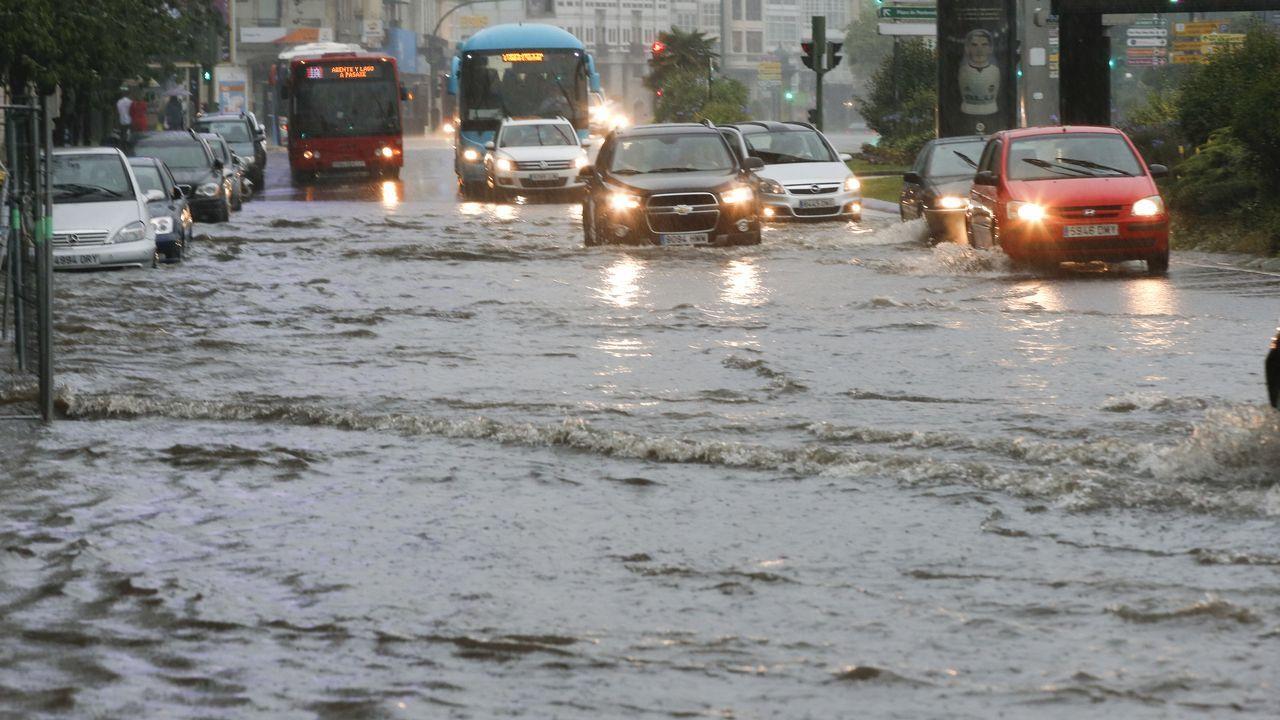 Una espectacular tromba de agua convierte las calles de A Coruña en ríos.INUNDACIONES EN CORUÑA