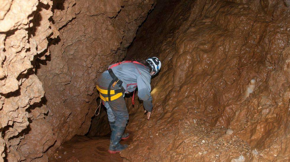 Para desprazarse polo interior da cova hai que atravesar diversos pasos estreitos