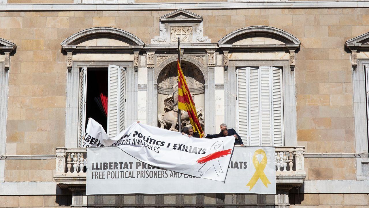 La Generalitat tapa la pancarta con otra con el mismo mensaje pero con un lazo blanco.Quim Torra y Elsa Artadi