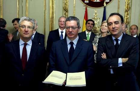 Gallardón: «Nunca, nunca, nunca he probado el cannabis».Ruiz-Gallardón recibe las propuestas de los presidentes de las comisiones de la Ley Orgánica del Poder Judicial, Luis María Díez-Picazo (izquierda) y de la Ley de Enjuiciamiento Criminal, Manuel Marchena.