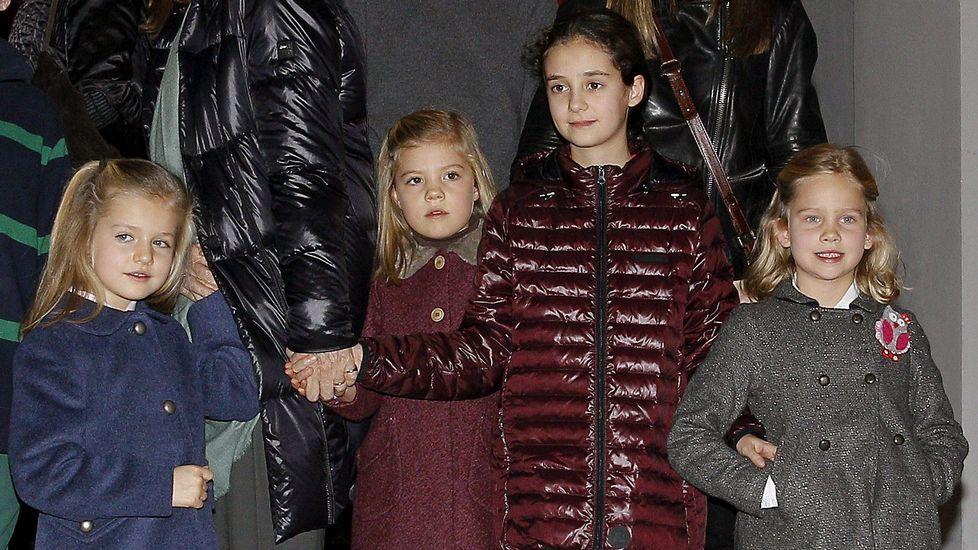 .Junto a sus primas, Victoria Federica e Irene en un musical en diciembre del 2012.