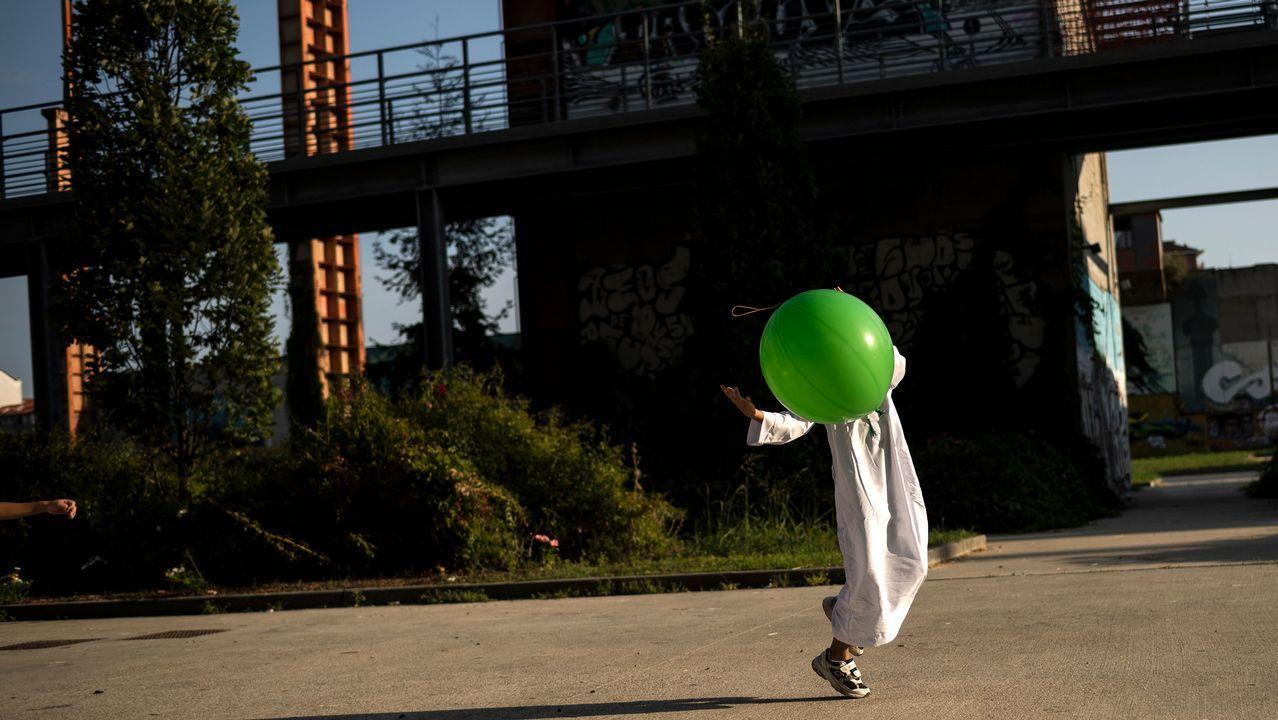 Un niño juega con una pelota en Turín
