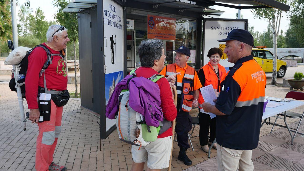 .Voluntarios de Protección Civil informan a los peregrinos