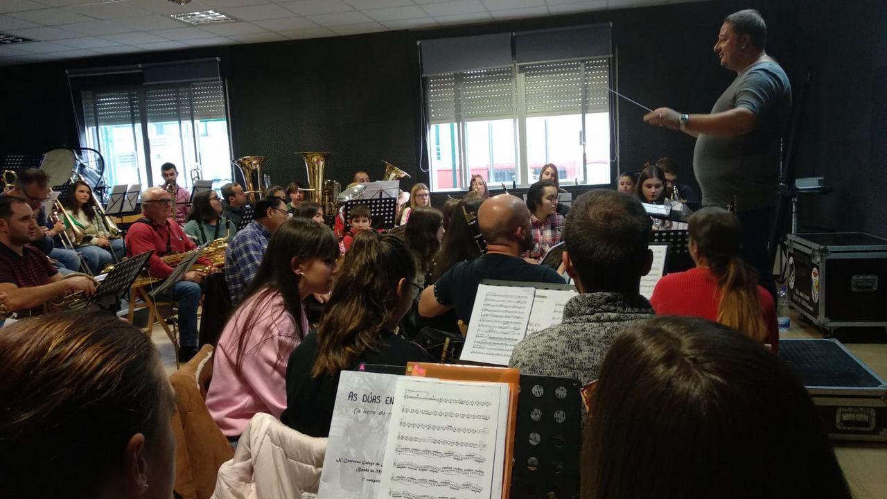 La Guardia Civil celebró el día de su patrona en Ourense.José Francisco Seguín Dios delante de su taller en Xinzo