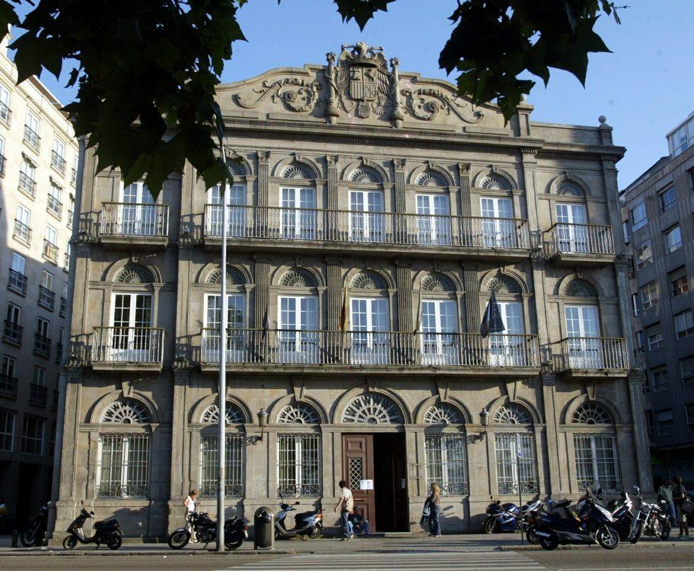 Miles de personas abarrotan Conxemar.El antiguo Rectorado, situado en la calle Arenal, es actualmente propiedad del Concello.