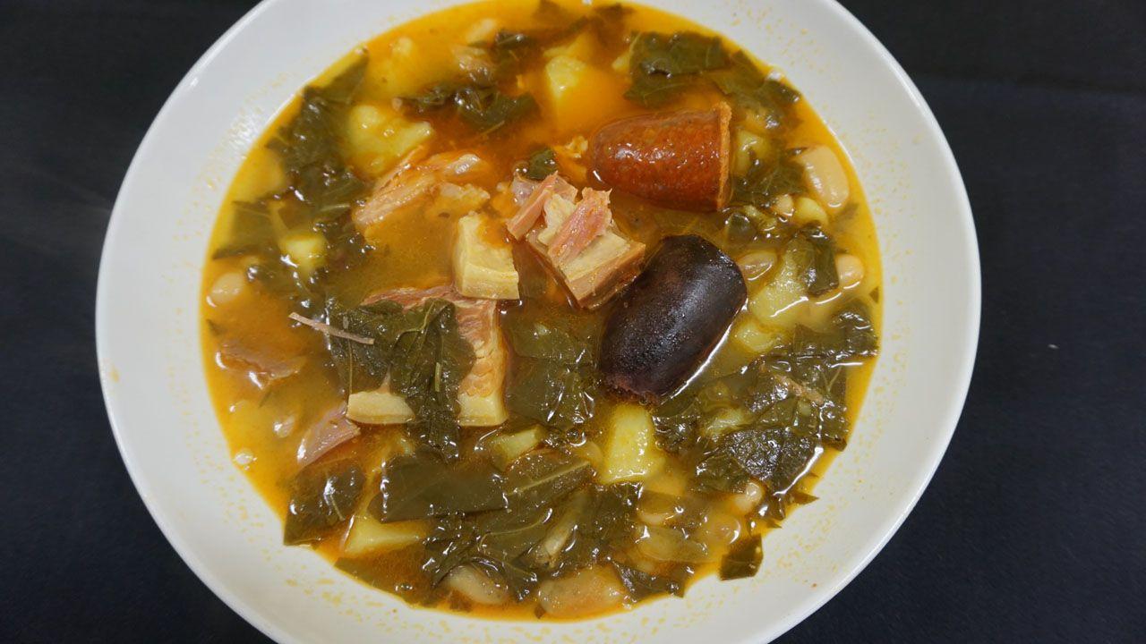 Berasategui y David de Jorge invitan a comer en el restaurante de prácticas del Carlos Oroza.Un plato de pote asturiano