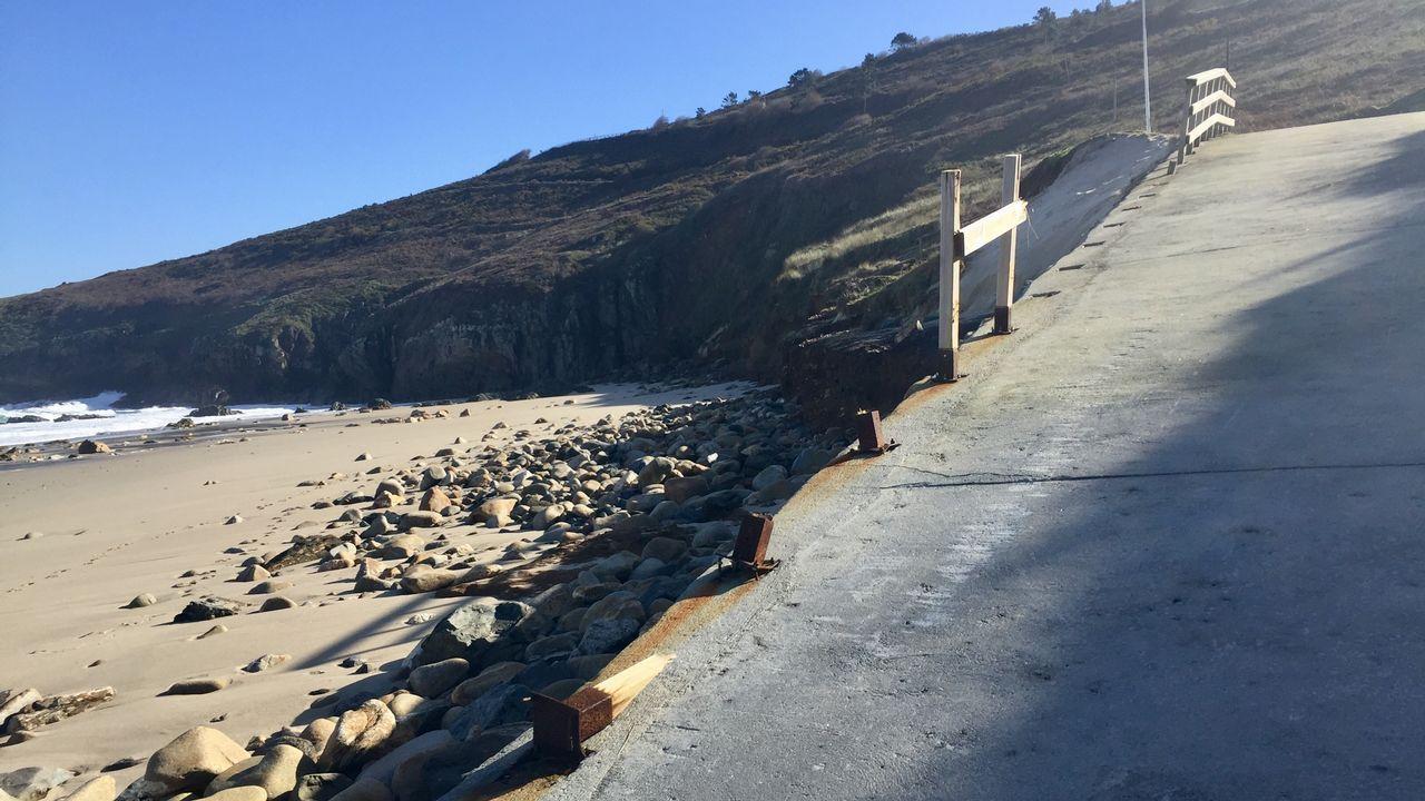 Destrozos por el mar en Arteixo.