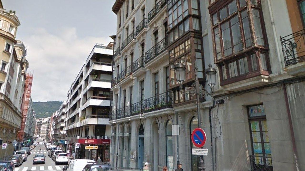 Los turistas se protegen de la lluvia en Oviedo.Calle de Marqués Pidal