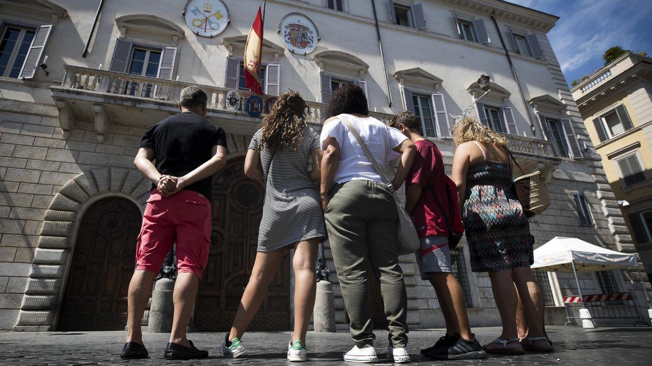 .La bandera española ondea a media asta en la fachada de la embajada española en la Santa Sede en Roma