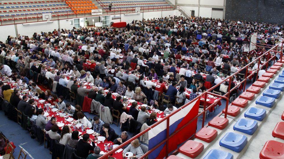 O Barco se rindió al botelo.Más de mil personas asistieron a la comida en el pabellón