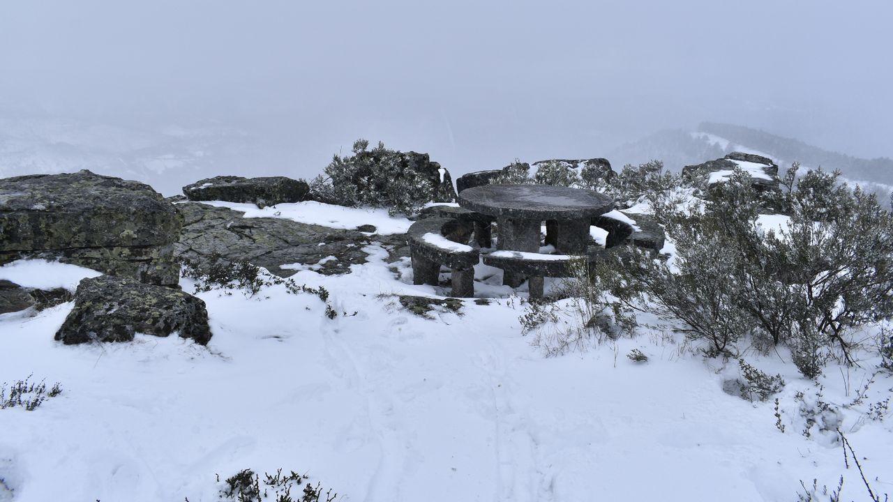 Mesa de piedra en el pico de Catro Cabaleiros, a 1.131 metros de altura, en el límite entre los municipios de A Pobra do Brollón, Folgoso do Courel, O Incio y Samos