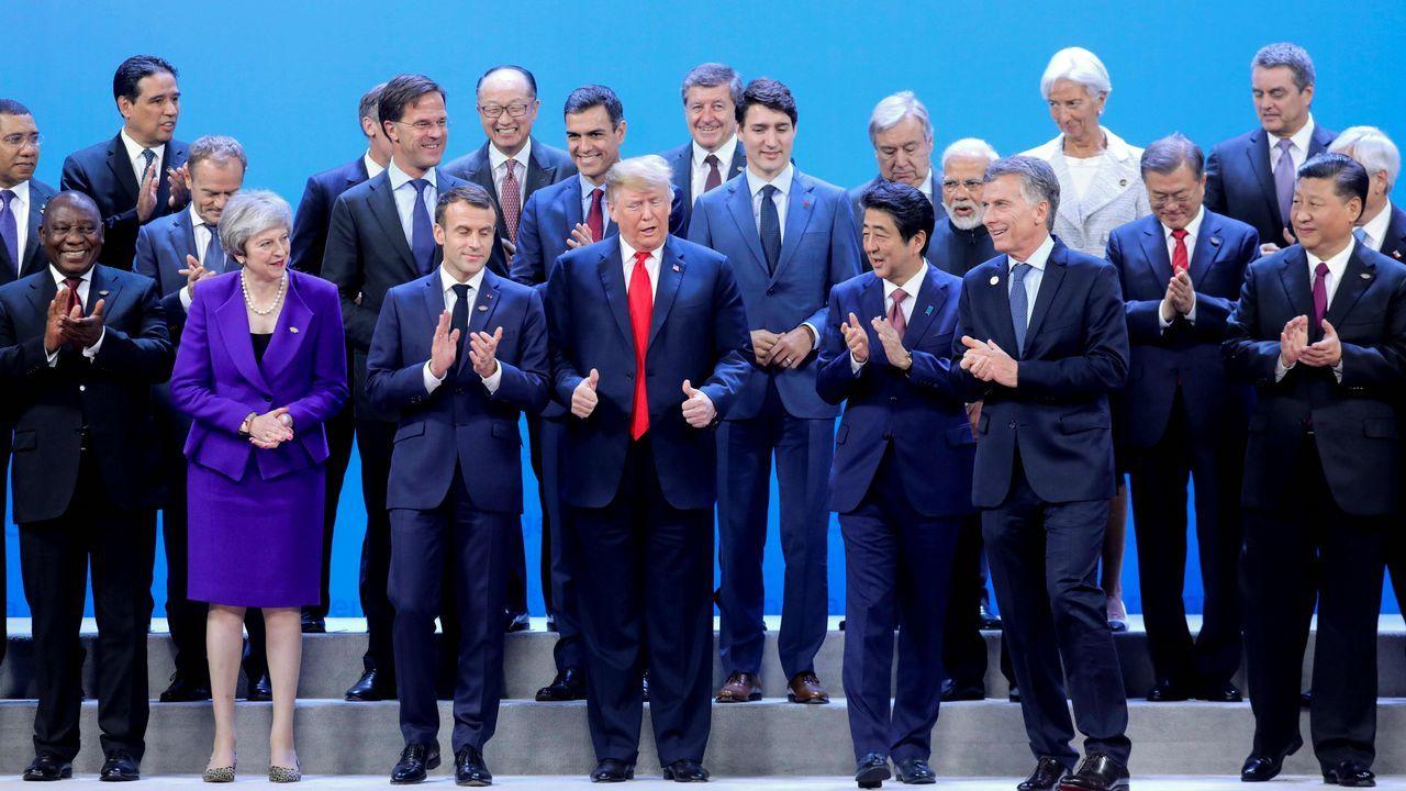 Los líderes del G20 aplauden tras posar para la foto de la familia, de la que Trump salió rápidamente