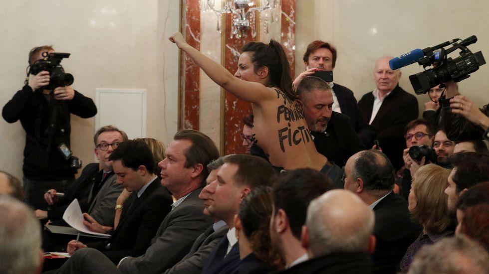 Una feminista irrumpe durante la conferencia de Marine Lepen.Acto en recuerdo de los británicos caídos en el conflicto