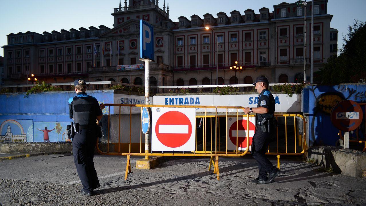 .31 de agosto. La Policía municipal procede al cierre del párking de Armas.