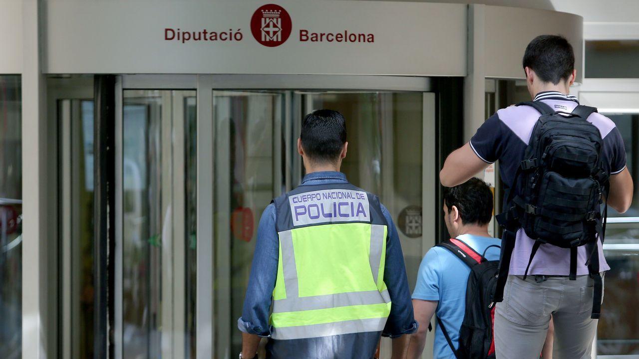 Varios policías se dirigen hacia la entrada de la de sede de la Diputación de Barcelona