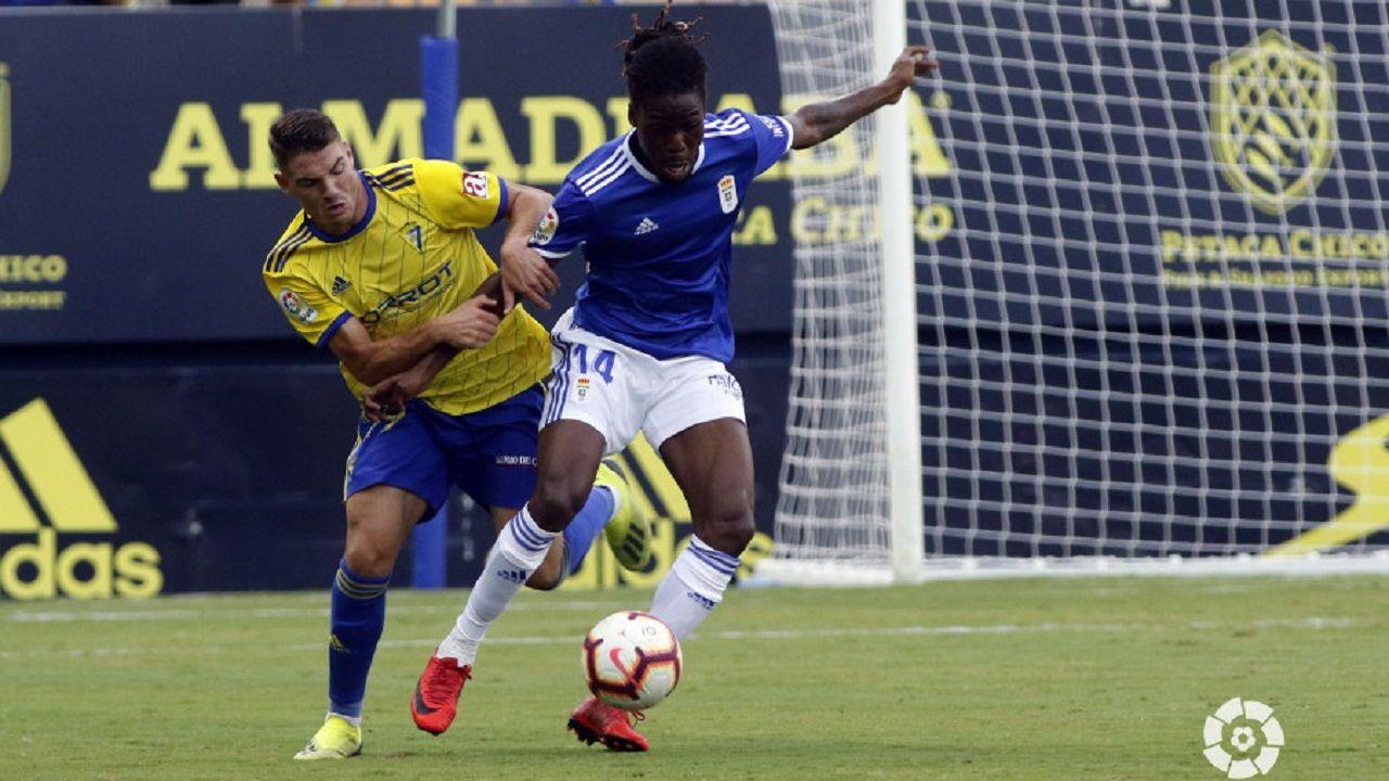 Gol Tejera Carlos Hernandez Javi Muñoz Cadiz Real Oviedo Carranza.Boateng aguanta un balón ante Vallejo