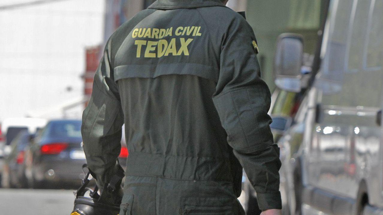 La bomba de Sada era una boya.Una socorrista vigila atentamente la zona de baña en la playa coruñesa del Orzán