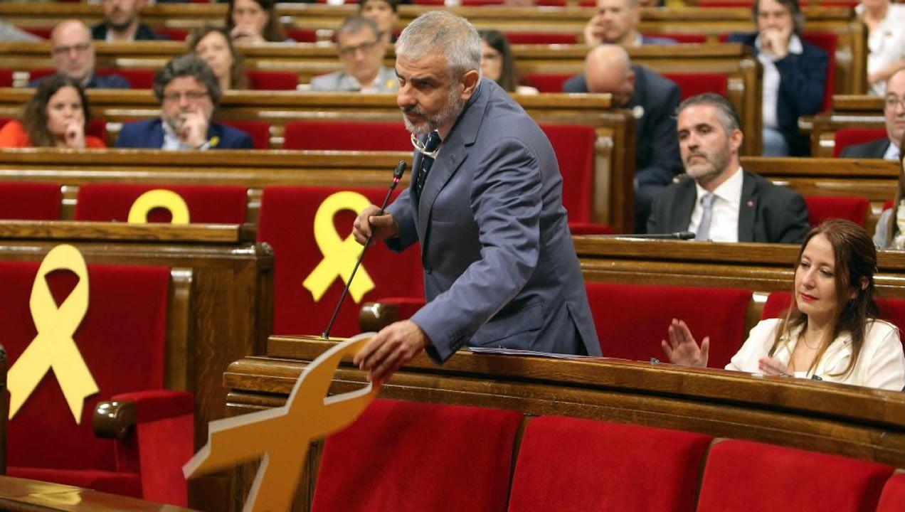 Arrimadas ve «preocupante» que Pedro Sánchez «confunda» Cataluña con Torra.Momento en el que Carlos Carrizosa retira un lazo amarillo colocado en el banco del Govern