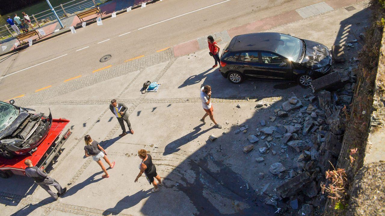 Un camión choca contra un muro y los cascotes dañan cuatro coches aparcados en Ribadeo.
