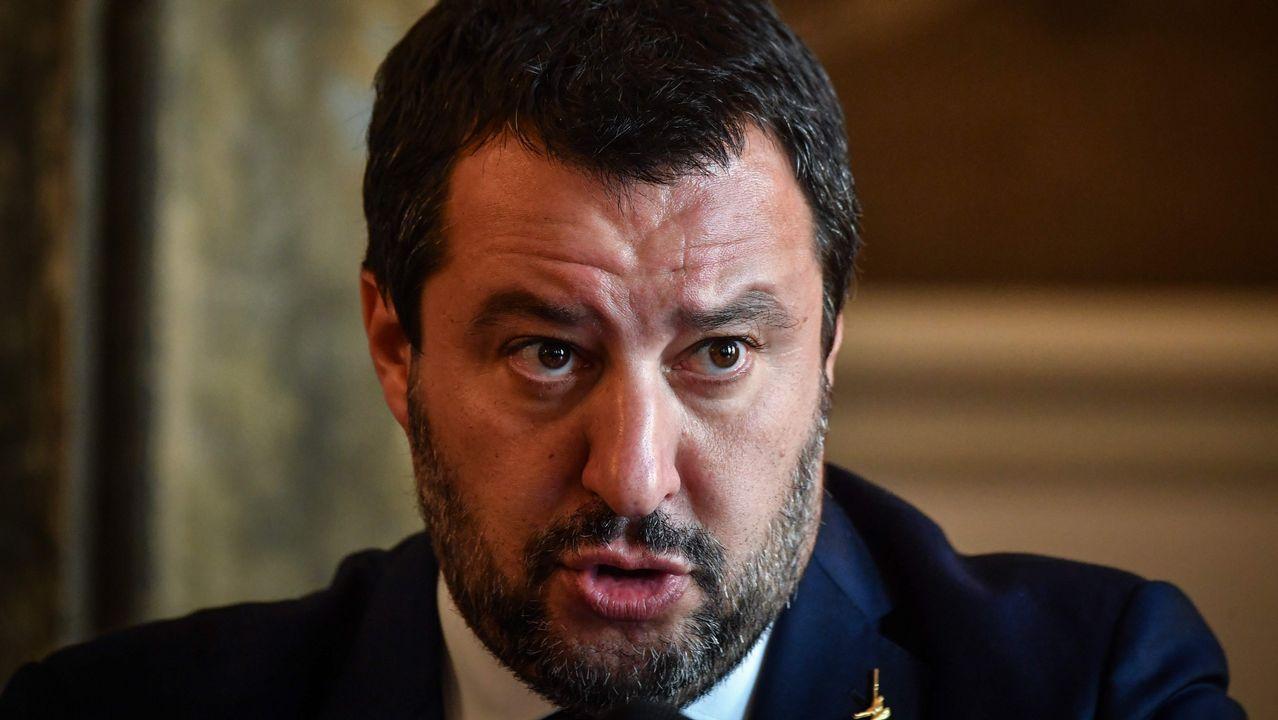 Un eurodiputado italiano pisotea los papeles de Moscovici