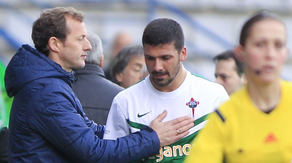 Manolo García da ánimos a Iván Forte tras una sustitución
