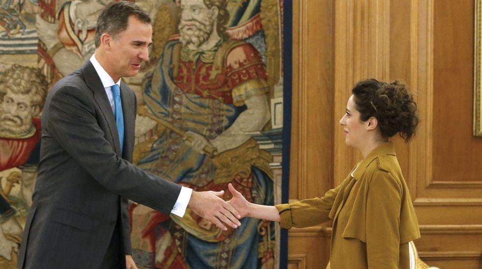 El rey recibe en Zarzuela a la portavoz de En Marea en el Congreso.Un cargamento de carbón.