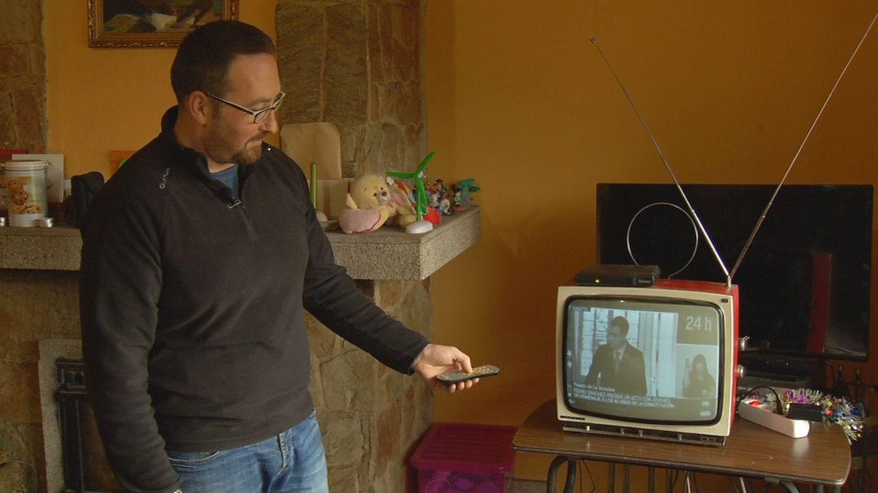 La televisión en blanco y negro sobrevive en Padrón.El Mar Egeo embarrancó en A Coruña el 3 de diciembre de 1992