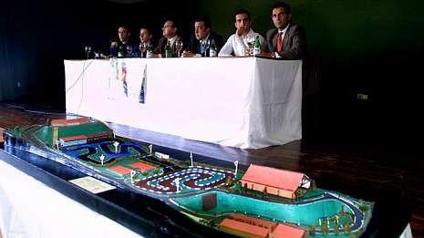Pleno español en Montmeló.En primer término, la maqueta del circuito en el acto de presentación celebrado en el Círculo Mercantil.