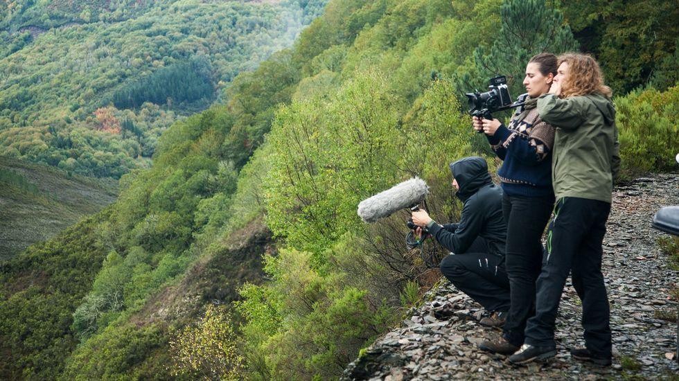 Diana Toucedo, á esquerda, durante a filmación na Serra do Courel do seu filme «Trinta lumes»