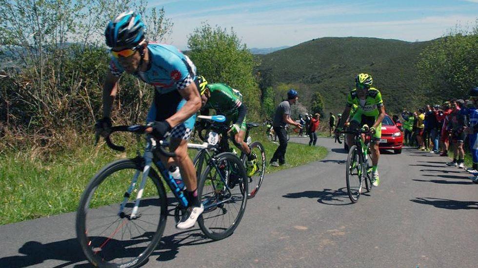 Un grupo de ciclistas sube un puerto en Asturias durante una carrera.Un grupo de ciclistas sube un puerto en Asturias durante una carrera