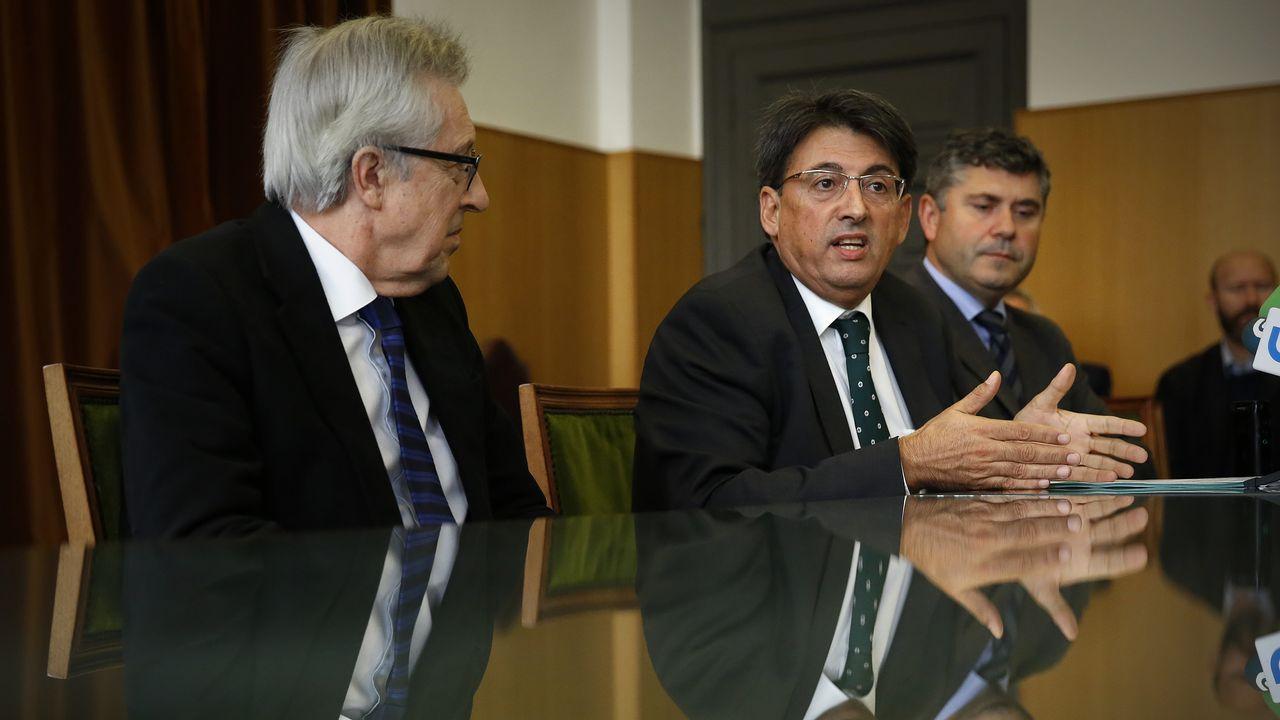 Juan José Martín, en el centro, explicando el proyecto