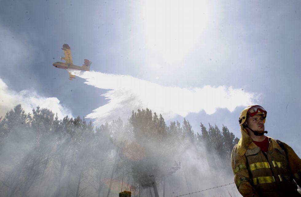 La extinción del incendio ocurrido en Castelo (Guntín) exigió numerosos medios y grandes esfuerzos.