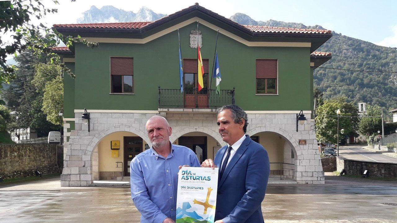 El alcalde de Caso y el viceconsejero de Cultura muestran el cartel del Día de Asturias en Caso
