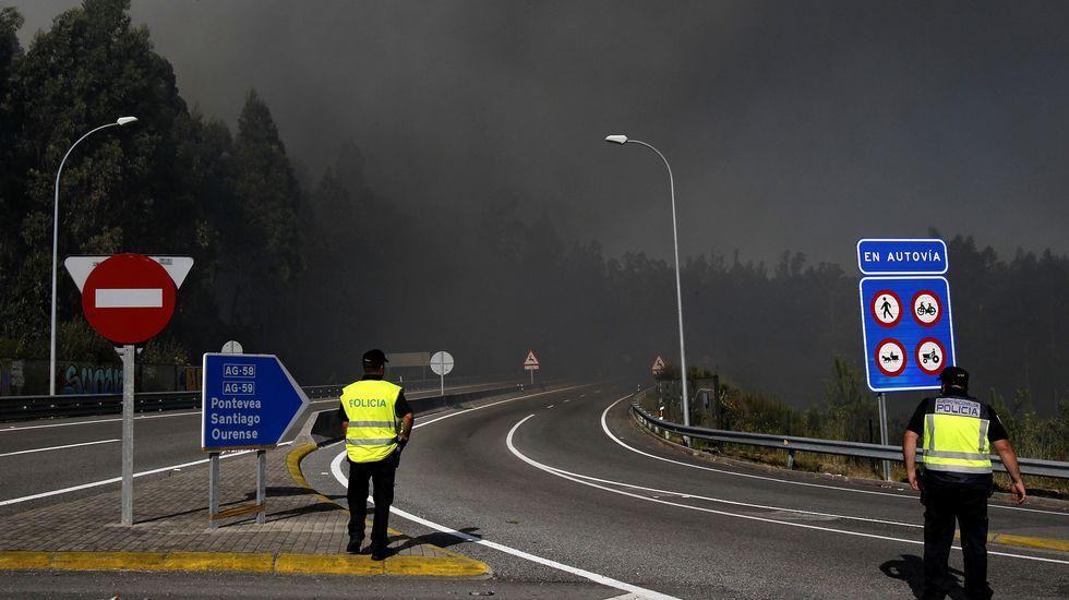 El incendio de Cacheiras obliga a desalojar varias viviendas en Teo.Incendio en Trazo y Val do Dubra