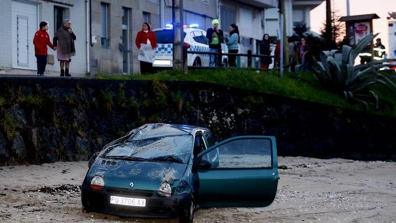 Arranca el Albariño 2014.La publicidad fue depositada en todos los coches aparcados en la playa de A Lanzada.