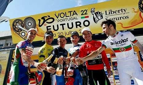 Óscar González, del Froiz, en el podio de la Volta do Futuro de Portugal este domingo.