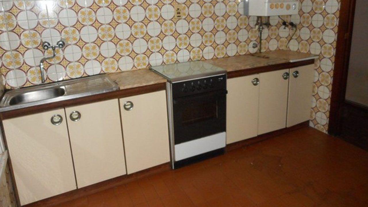 La cocina de un piso de Gijón en venta