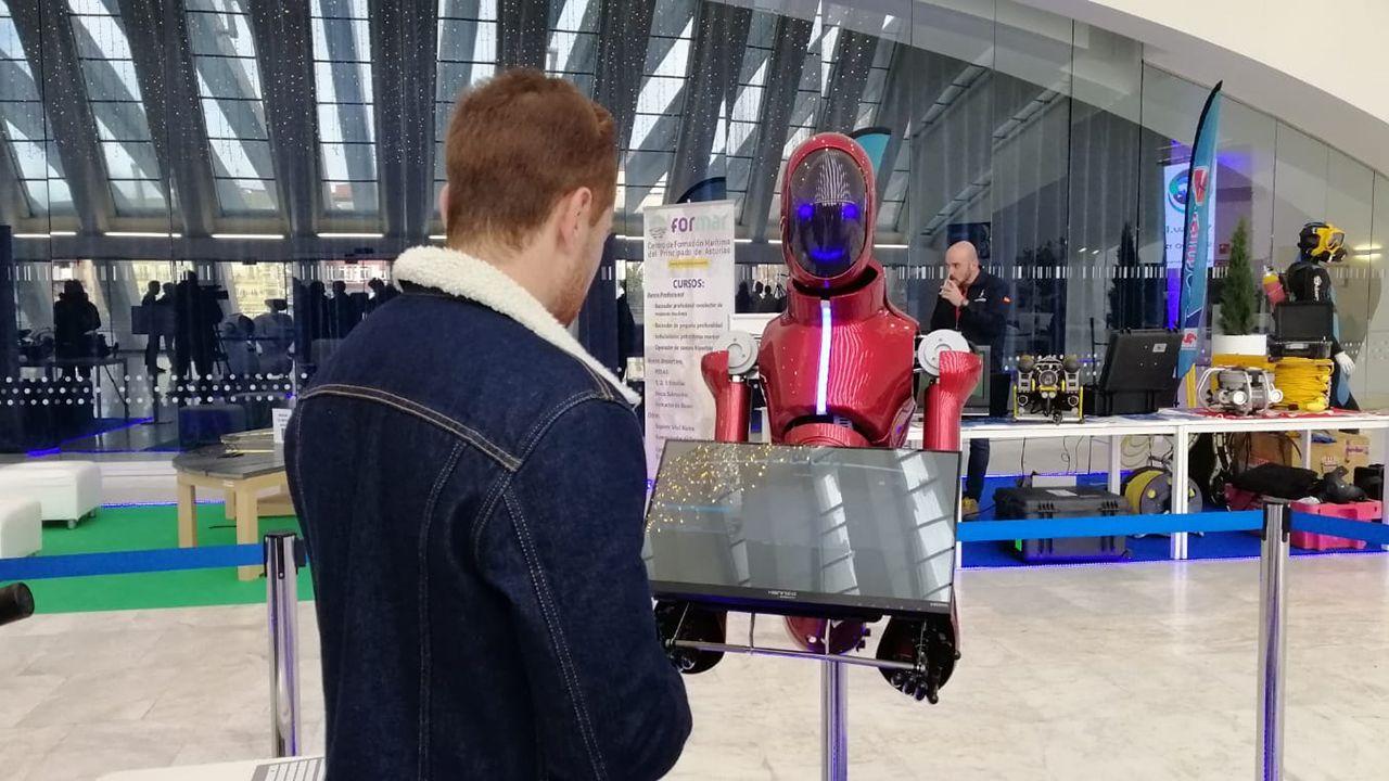 Un joven interactua con un robot de Casual Robots