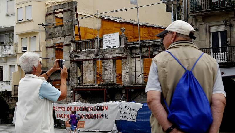 Imagen de archivo que resume lo que ocurre en el Concello de Vigo: Caballero (PSOE) le da una palmada cariñosa a Figueroa (PP) mientras la nacionalista Veloso (BNG) se queda al margen.