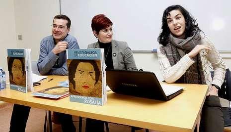 Suso Rodríguez, director da Revista Galega de Educación; Mercedes Queixas, coordinadora do último número, e Rosalía Fernández Rial, colaboradora na publicación e presidenta de Lumieira.