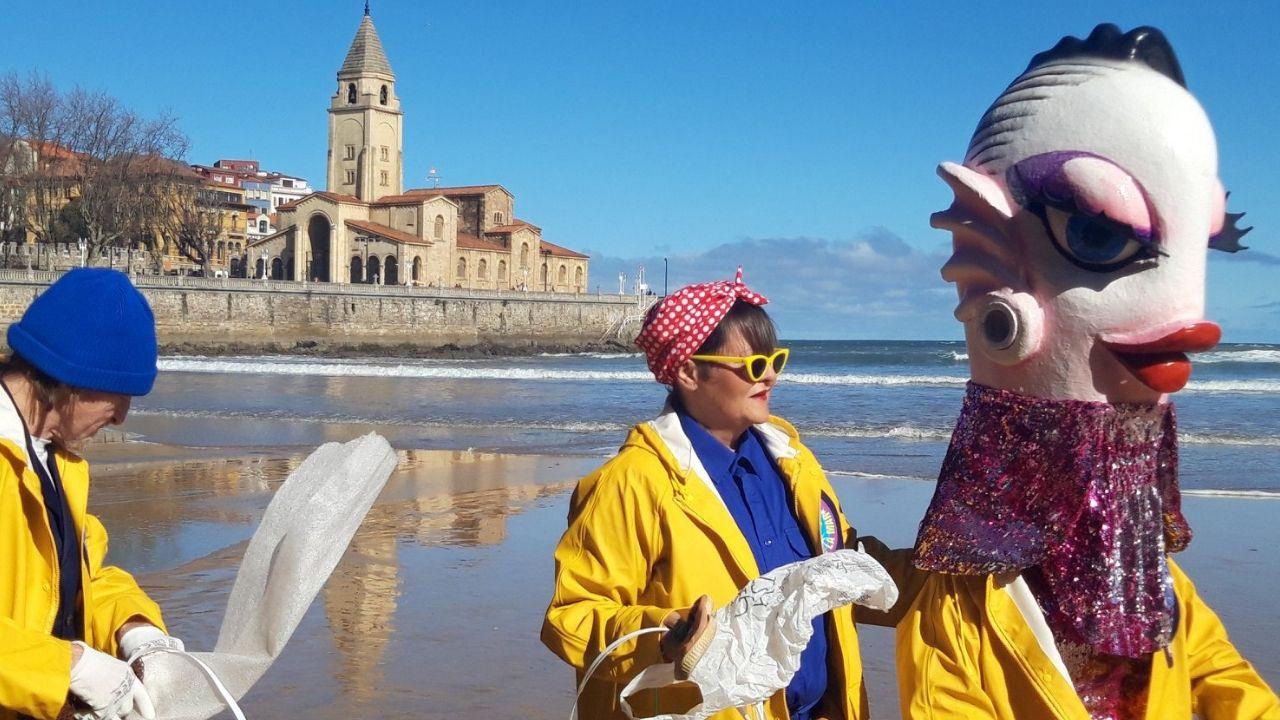 Concentraciones del 8M .Cuca, la Sardina del Antroxu 2019, con sus acompañantes en la playa de San Lorenzo