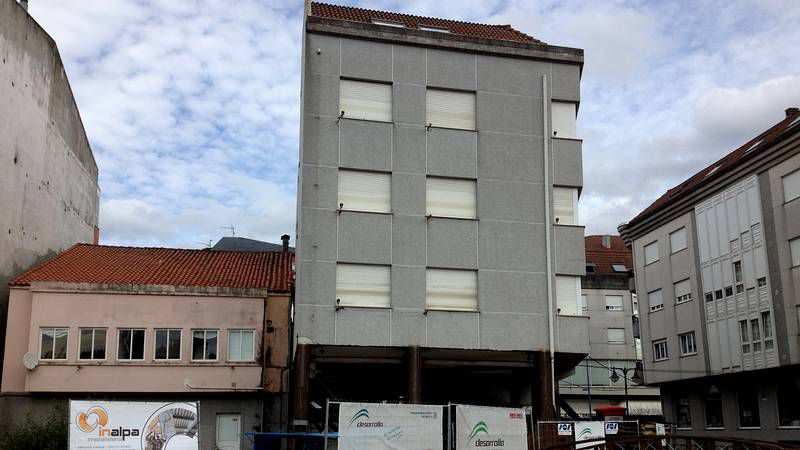 Trabajos para izar y enderezar un edificio en Ponteceso.Las fachadas del edificio, de seis plantas, tratan de aprovechar la luz con amplios acristalamientos.
