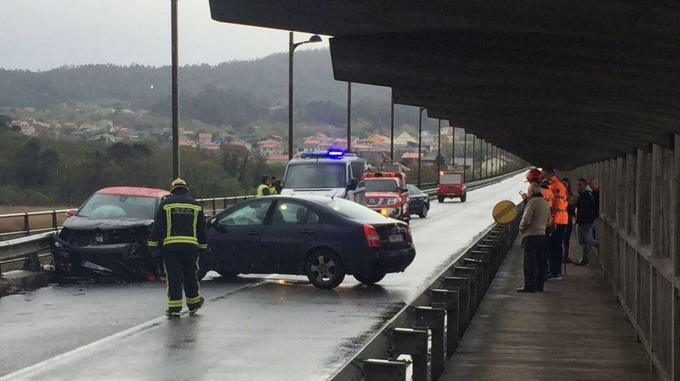 El puente de Catoira permaneció dos horas cortado por el accidente.