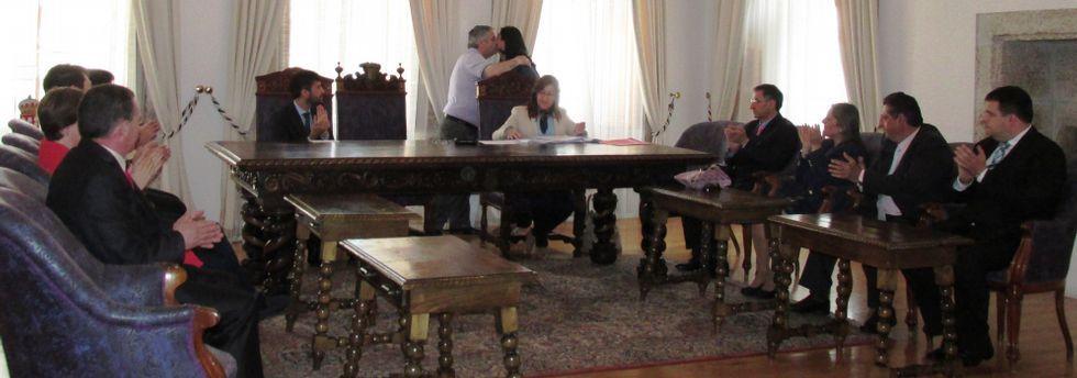 Elena Candia recibe las felicitaciones de su antecesor, Orlando González, ante los miembros de la corporación, que aplauden