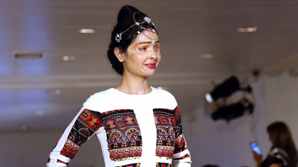 Un mujer india desfigurada por un ataque con ácido desfila en Nueva York