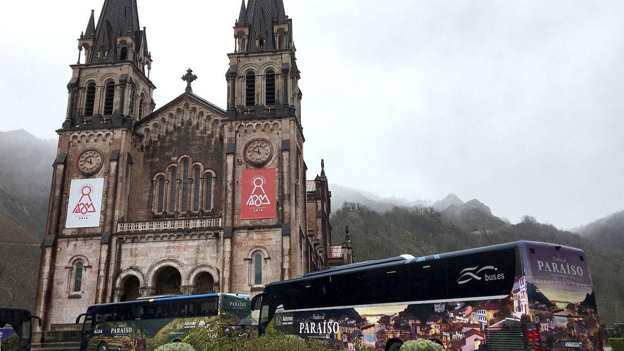 Leonor estrena su agenda como heredera.Los nuevos autobuses promocionales de los centenarios de Covadonga 2018